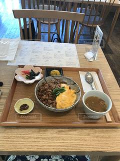 木製のテーブルの上の食べ物の皿の写真・画像素材[2272010]