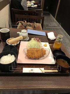 テーブルの上の食べ物のトレイの写真・画像素材[2272011]