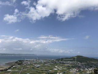 水域の上空の雲の群しの写真・画像素材[2272066]
