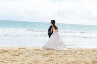 女性,男性,恋人,2人,自然,海,空,屋外,砂,ビーチ,砂浜,水面,海岸,結婚式,ドレス,ウェディングドレス,愛,ハワイ,Hawaii,wedding,ハネムーン,海外挙式,ハグ,フォトウェディング,ハワイウェディング,ハワイ婚,結婚式ドレス