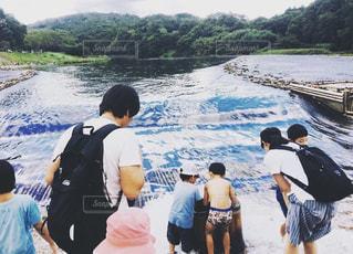 自然,空,夏,屋外,綺麗,川,水面,泳ぐ,子供,人物,人,Tシャツ,鮎,やな,夏服,半袖