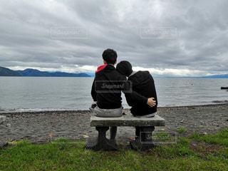 2人,湖,後ろ姿,ベンチ,男,お洒落,琵琶湖,ほとり,みずうみ,男2人,エモい,インスタ映え