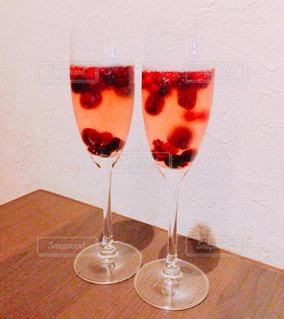 フルーツスパークリングワインを一杯の写真・画像素材[2125572]