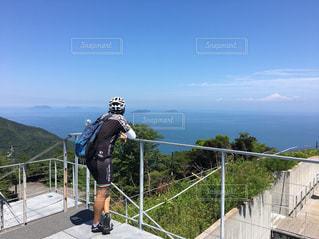 風景,海,空,夏,自転車,屋外,後ろ姿,展望,景色,人物,人,サイクリング,ヘルメット,しまなみ海道,手すり,亀老山