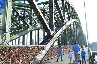 橋の上に立つ人々のグループの写真・画像素材[3355379]