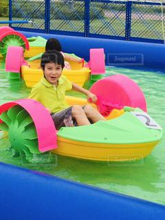 水のプールの小さな女の子の写真・画像素材[2125756]