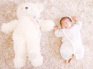 くまのぬいぐるみと赤ちゃんの写真・画像素材[241461]