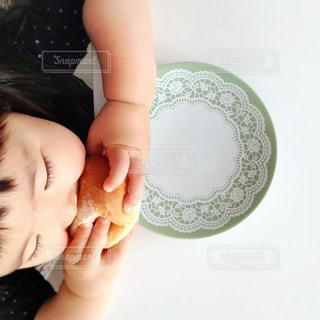 子ども,1人,食べ物,子どものいる風景,女の子,パン,人物,食べる,料理,こども,俯瞰,焼きたて,もぐもぐ,手作りパン,ふかふか,ほっぺ,丸パン