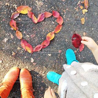 秋,子どものいる風景,紅葉,かわいい,親子,足元,落ち葉,ハート,ブーツ,二人,ふたり,こども