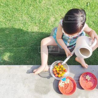 庭で水遊びの写真・画像素材[651336]
