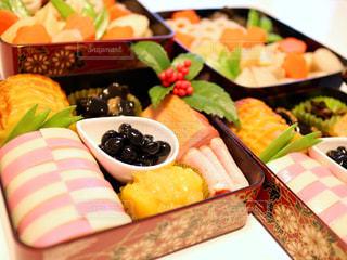 食べ物,おせち,紅白,正月,栗きんとん,黒豆,料理,テーブルフォト,伊達巻,お重,かまぼこ,千両