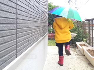 傘を持った少女の写真・画像素材[1221960]