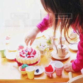 フエルトケーキとおもちゃのフルーツでティーパーティごっこ。の写真・画像素材[1667901]