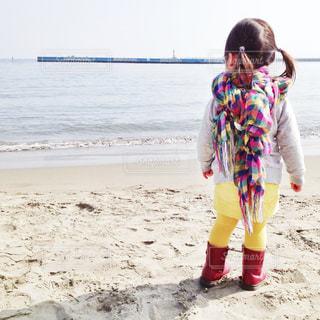 冬の海と女の子の写真・画像素材[1682705]