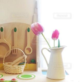 おままごとキッチンとチューリップの写真・画像素材[2122014]