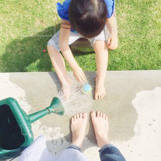 まだ5月だけど暑くて庭で水遊び。の写真・画像素材[2142544]