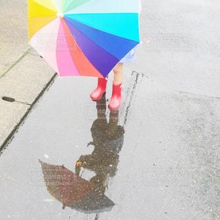 カラフルな傘を持っている女の子の写真・画像素材[2185723]