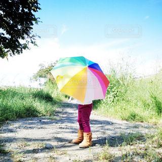 カラフルな傘を持っている女の子の写真・画像素材[2185747]