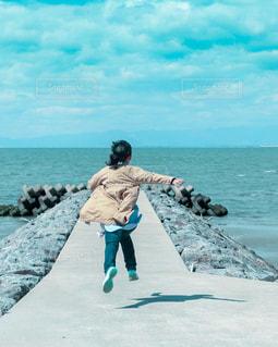 自然,海,空,春,ビーチ,後ろ姿,水面,女の子,人物,背中,人