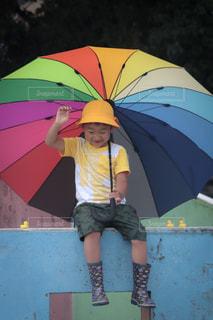 黄色い傘を持っている人の写真・画像素材[2181454]