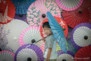 カラフルな傘を持っている手の写真・画像素材[2181463]