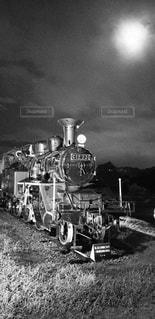 屋外,草,古い,エンジン,機関車,鉄道,フィルム,蒸気,車両,フィルム写真,蒸気機関,ホイール,フィルムフォト,黒と白