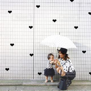 雨の日の水玉コーデママキッズの写真・画像素材[849834]