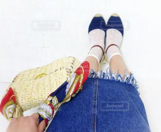 白の透け透け水玉ソックスの足元コーデの写真・画像素材[1105705]