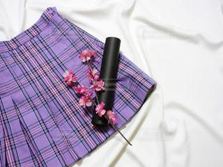 紫の制服ミニスカートと卒業証書用丸筒と桜の置き画写真の写真・画像素材[1133529]