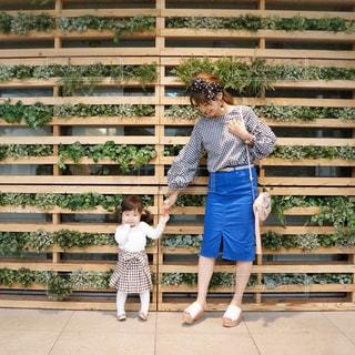 ギンガムチェックトップスとスカートの親子リンク春コーデの写真・画像素材[1149659]