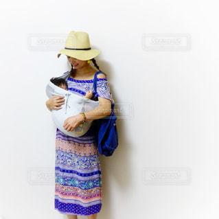 女性,子供,人物,グアム,抱っこ,リゾート,母,コーデ,1歳,ママ,お母さん,夏コーデ,スリング,リゾートコーデ,グアムコーデ