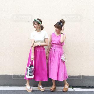 ピンクのワンピースとスカートを穿いた双子姉妹のコーデの写真・画像素材[1489904]