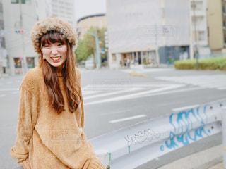 もこもこコーデで歩道で笑う女性の写真・画像素材[1617284]
