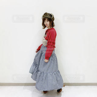 ふんわり風でひろがるロンスカコーデの女性の写真・画像素材[1653820]