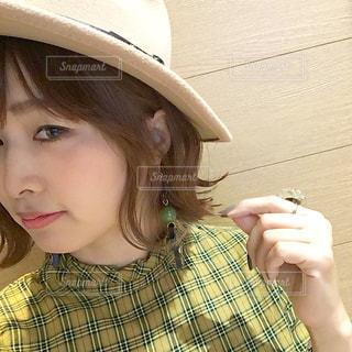つば広帽子を被って自撮りをする女性の写真・画像素材[1653853]