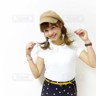 キャスケットに2つくるりんぱヘアで笑う女性の写真・画像素材[1653857]