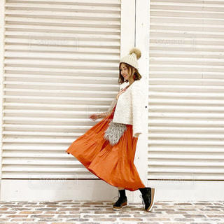 スカートひらりんのオレンジワンピースコーデの写真・画像素材[1671921]