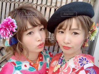 インスタ映え着物を着て自撮りする双子姉妹の写真・画像素材[1773286]