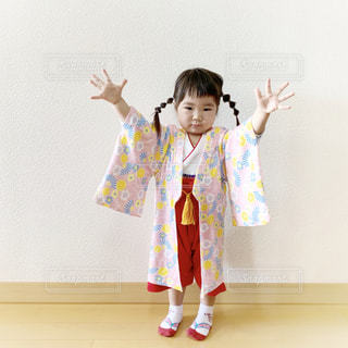 羽織り袴を着た2歳の女の子の写真・画像素材[1773332]