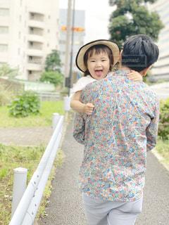 パパに抱っこされてあっかんべーする女の子の写真・画像素材[2180937]