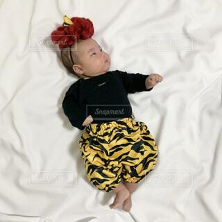 鬼の衣装を着た男の子の赤ちゃんの写真・画像素材[4175893]
