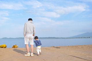 子ども,アウトドア,夏,湖,親子,青空,青,後ろ姿,少年,野外,浜