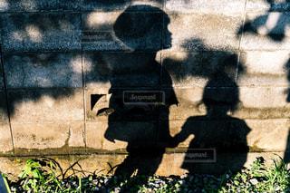 手を繋いでお散歩中の写真・画像素材[2292634]