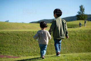 公園をお散歩する兄妹の写真・画像素材[2292640]