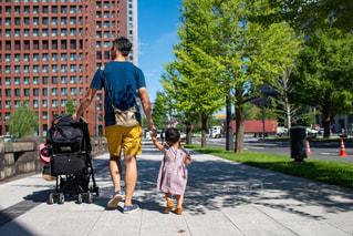 歩道を歩いている家族の写真・画像素材[2296950]