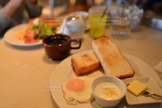 テーブルの上の食べ物の皿の写真・画像素材[2300546]
