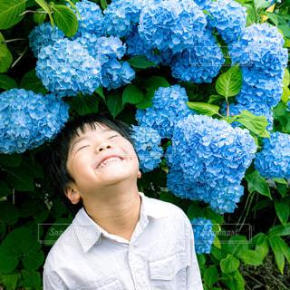 庭に植物を持つ人のクローズアップの写真・画像素材[2329194]