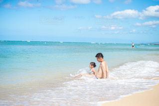 リゾート、海でくつろぐ親子の写真・画像素材[2335616]