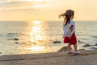 海岸の風を感じる幼女の写真・画像素材[2366315]