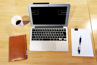 木製のテーブルの上に座っているラップトップコンピュータの写真・画像素材[2405982]